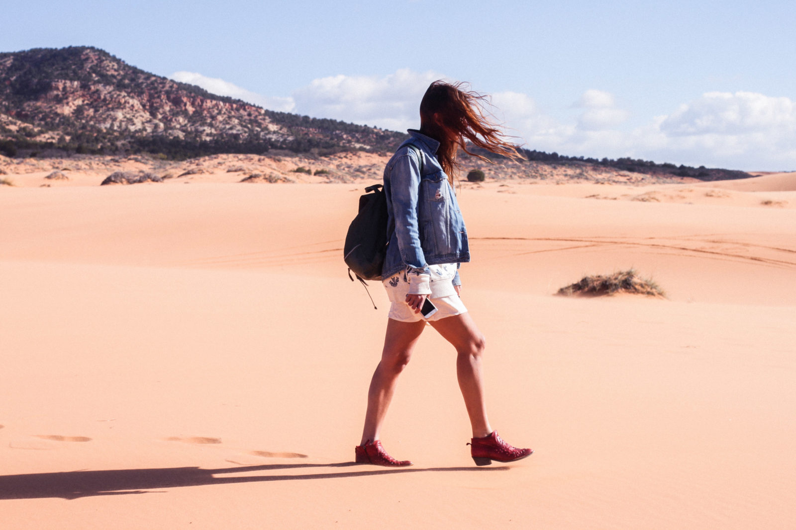coral_pink_sand_dunes_kanab_utah_usa_roadtrip_trip_travel_donkeycool_route_backpack_red_boots-13