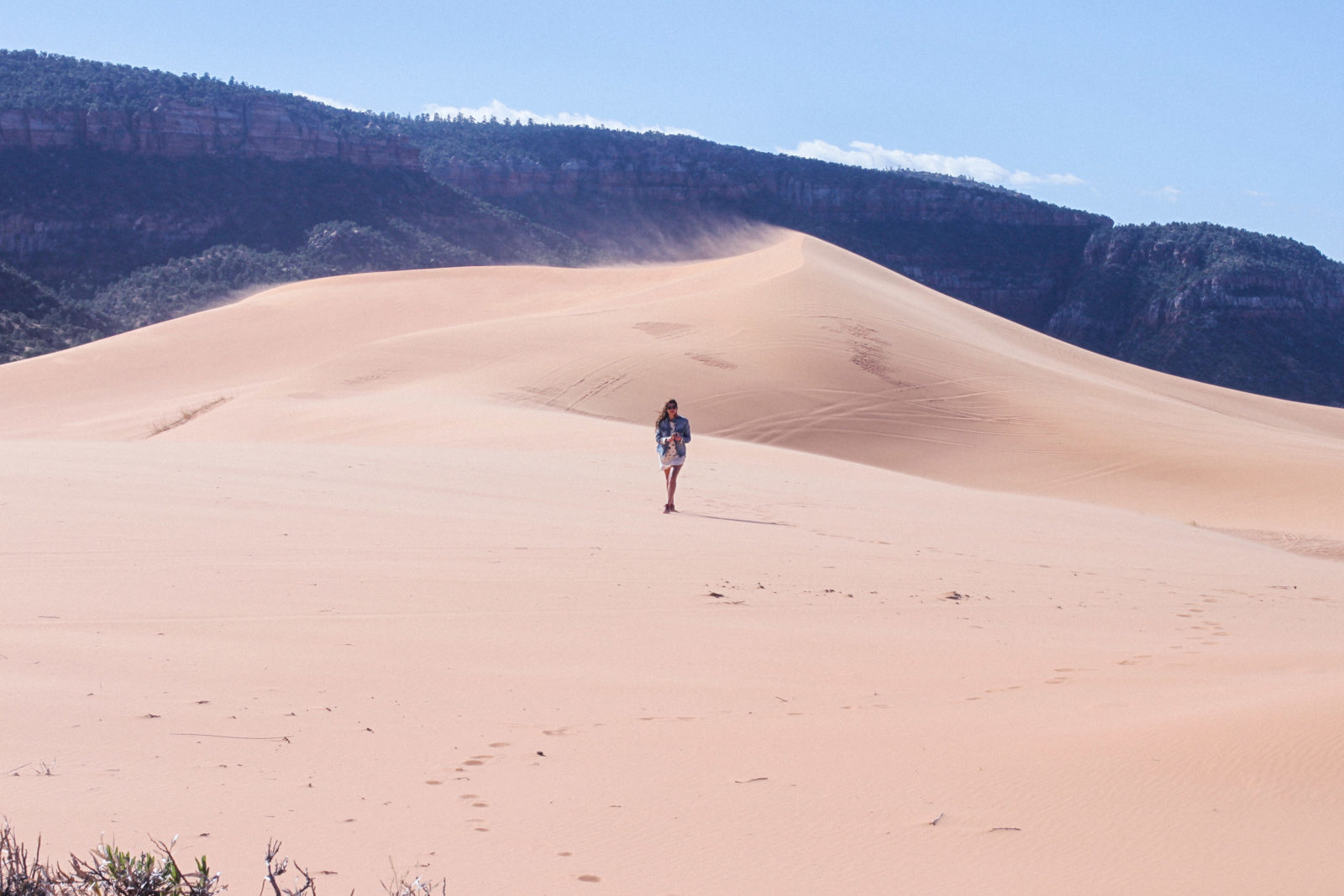 coral_pink_sand_dunes_kanab_utah_usa_roadtrip_trip_travel_donkeycool_route_backpack_red_boots-33