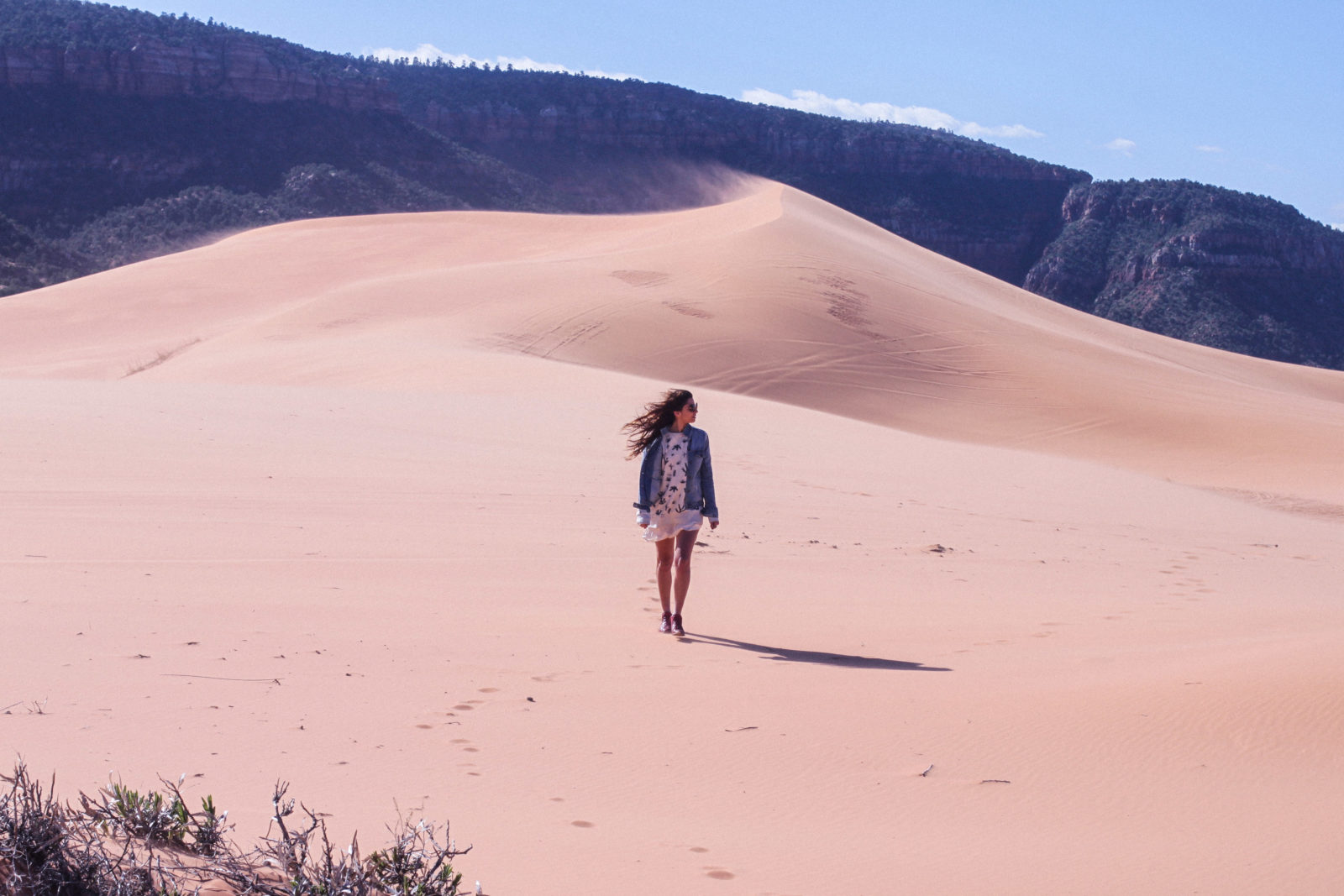 coral_pink_sand_dunes_kanab_utah_usa_roadtrip_trip_travel_donkeycool_route_backpack_red_boots-36