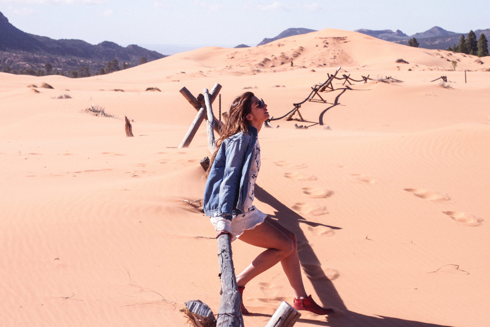 coral_pink_sand_dunes_kanab_utah_usa_roadtrip_trip_travel_donkeycool_route_backpack_red_boots-39