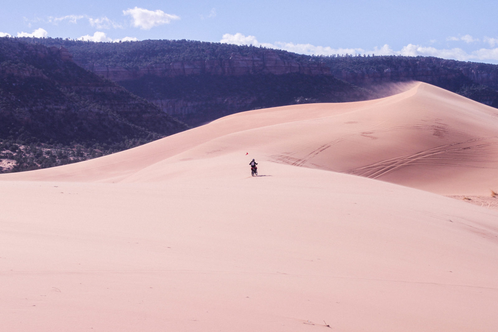 coral_pink_sand_dunes_kanab_utah_usa_roadtrip_trip_travel_donkeycool_route_backpack_red_boots-9