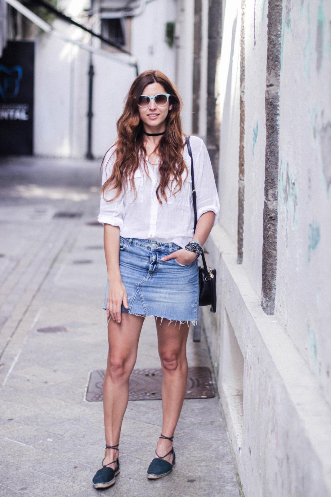 denim_skirt_falda_vaquera_camisa_blanca_alpargatas_espadrilles_look_summer_2016_street_style-23