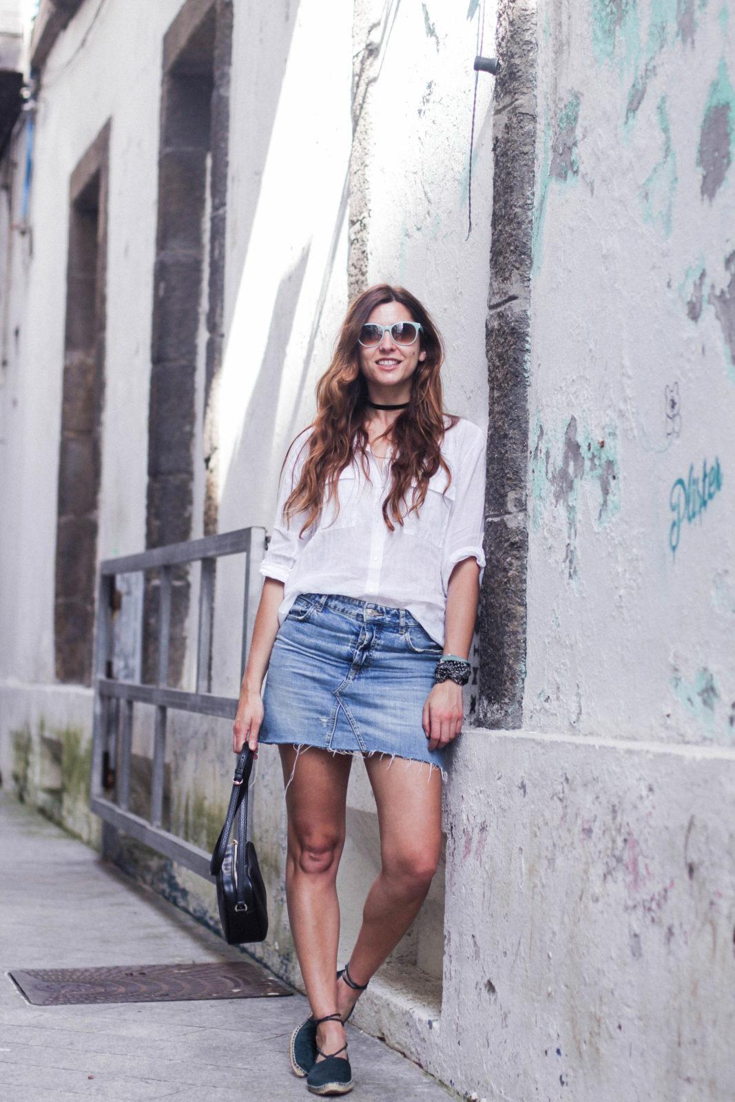 denim_skirt_falda_vaquera_camisa_blanca_alpargatas_espadrilles_look_summer_2016_street_style-24