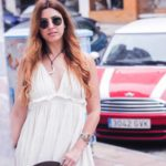 Una chica con vestido blanco