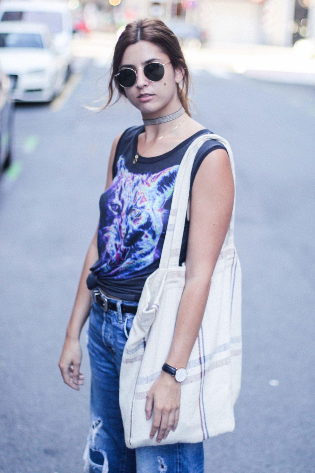 jeans_vaqueros_camiseta_estampada_sandalias_pelo-19