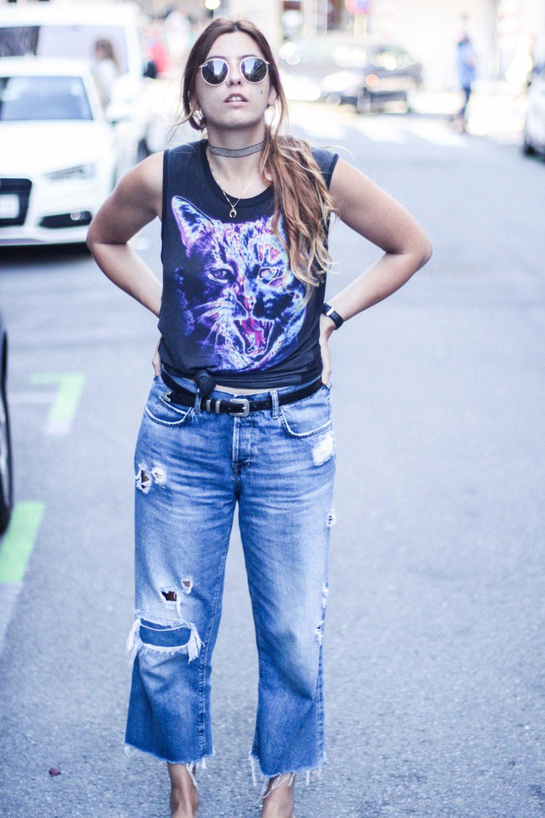 jeans_vaqueros_camiseta_estampada_sandalias_pelo-23