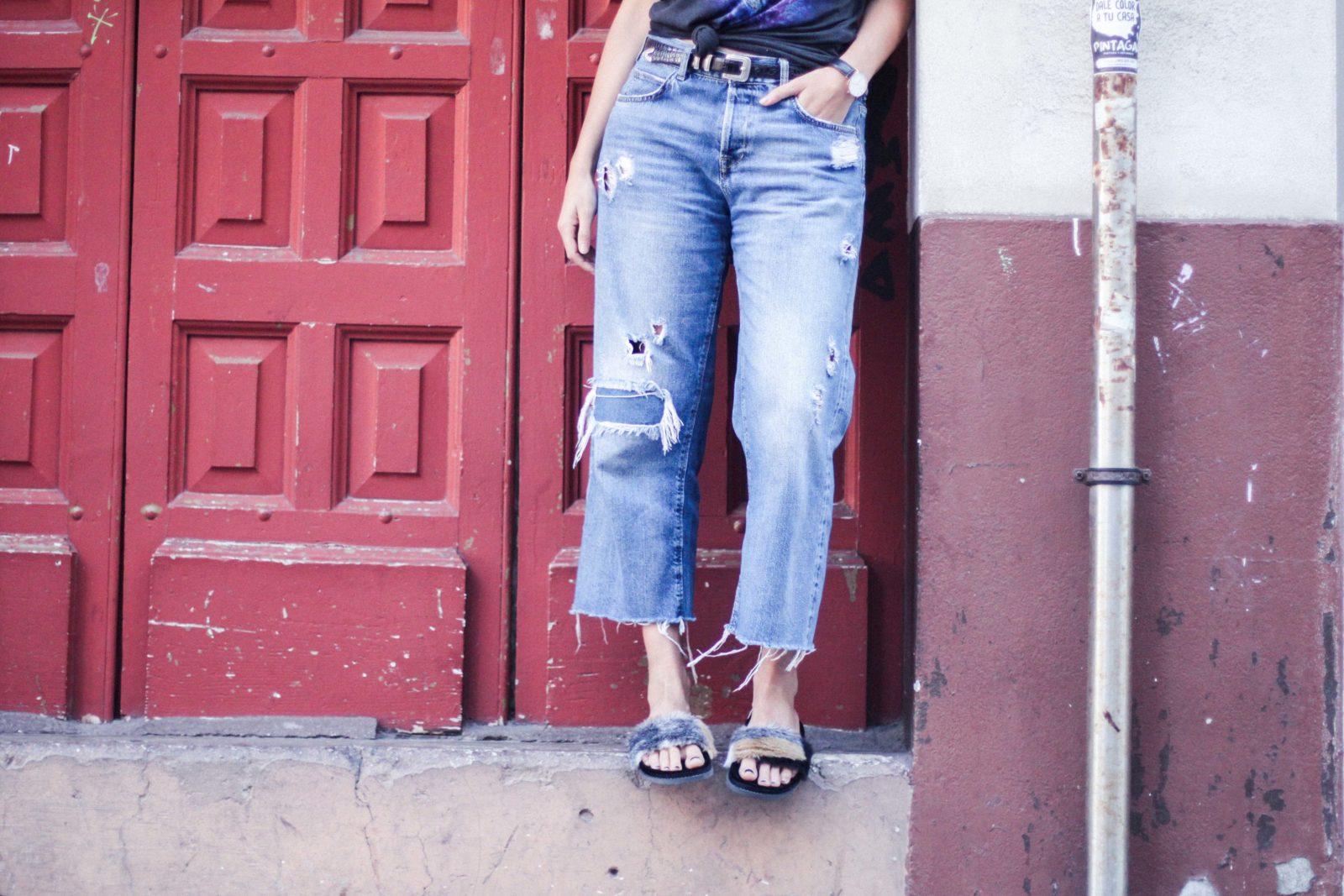 jeans_vaqueros_camiseta_estampada_sandalias_pelo-31
