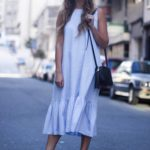 Una chica con vestido azul