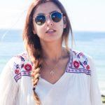 Un vestido con bordados en la playa de Razo