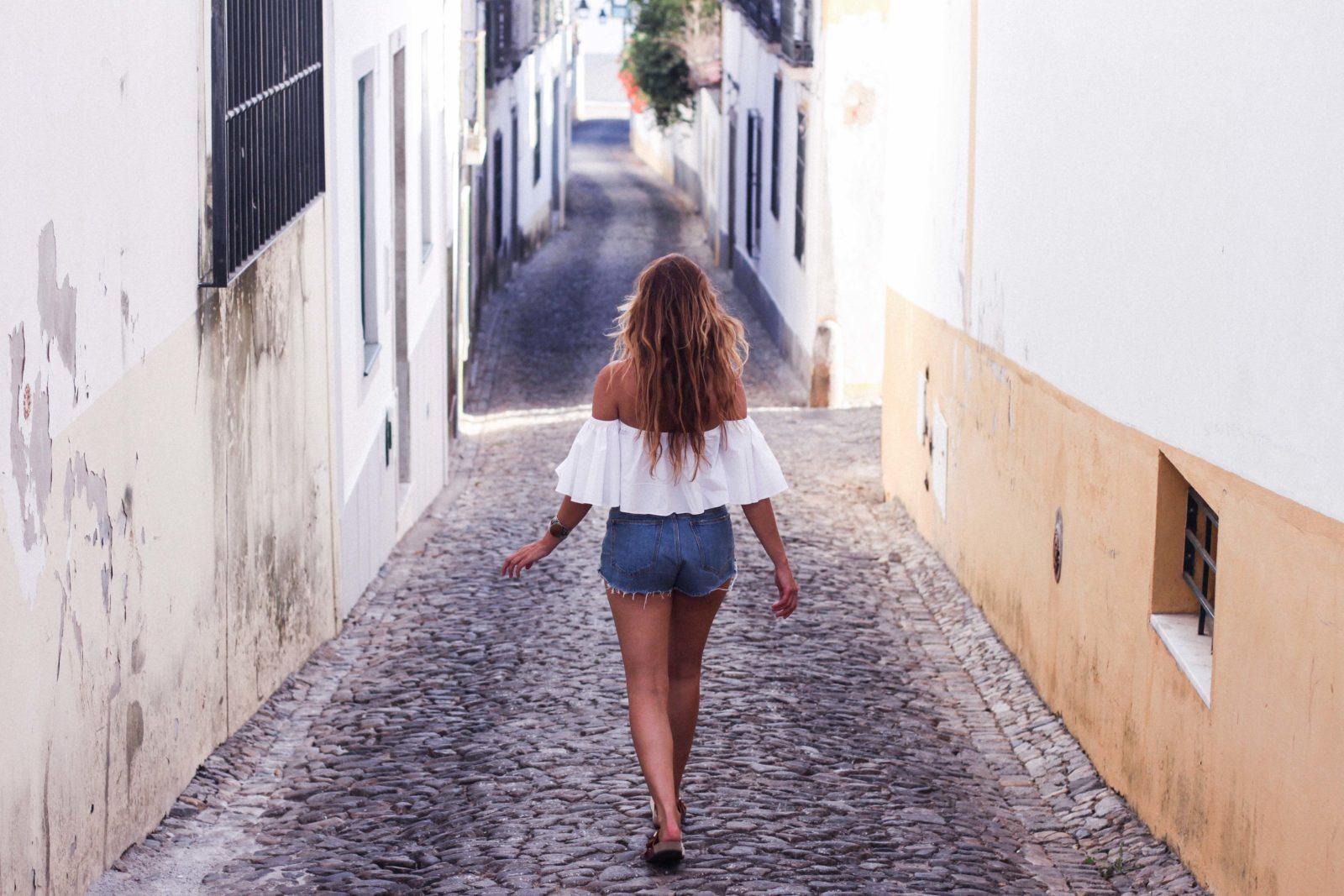 evora_portugal_shorts_top_hombros_al_aire_sandalias_isabel_marant