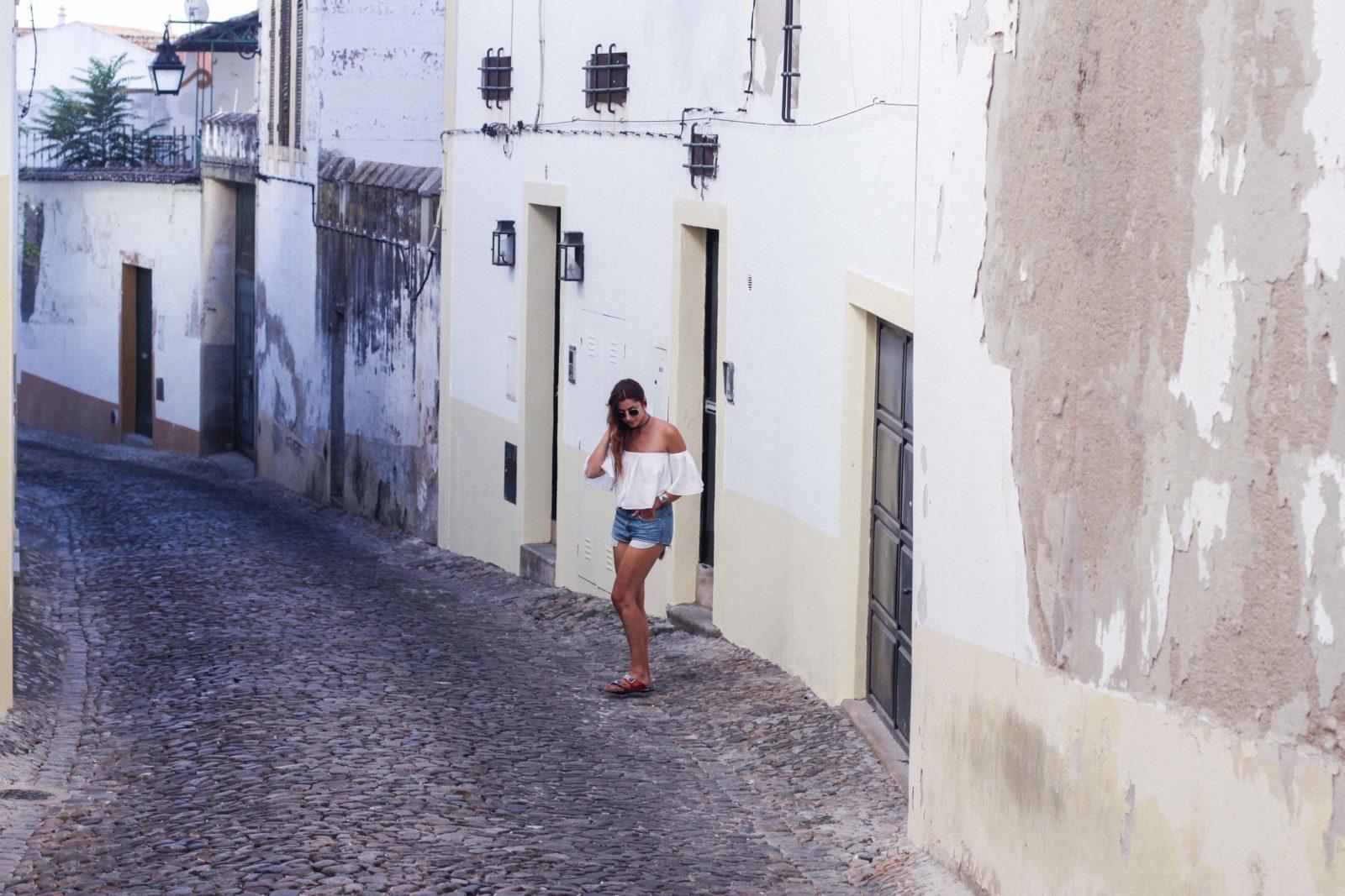 evora_portugal_shorts_top_hombros_al_aire_sandalias_isabel_marant-17