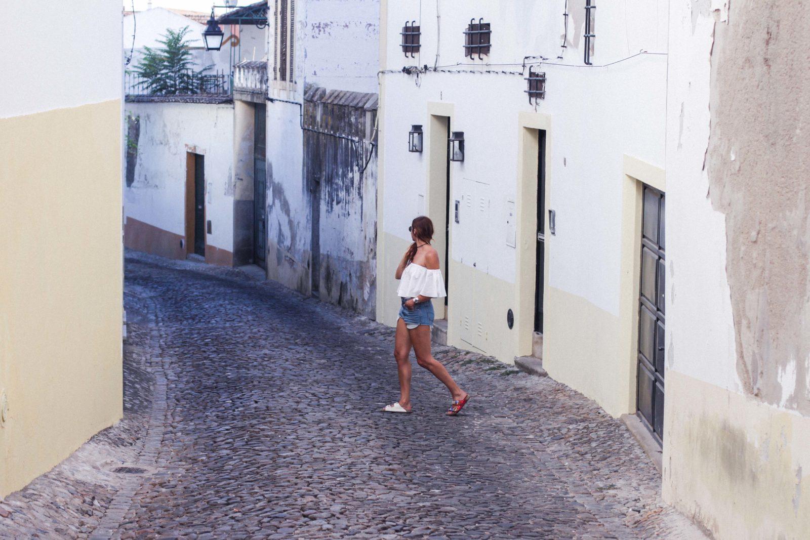 evora_portugal_shorts_top_hombros_al_aire_sandalias_isabel_marant-18