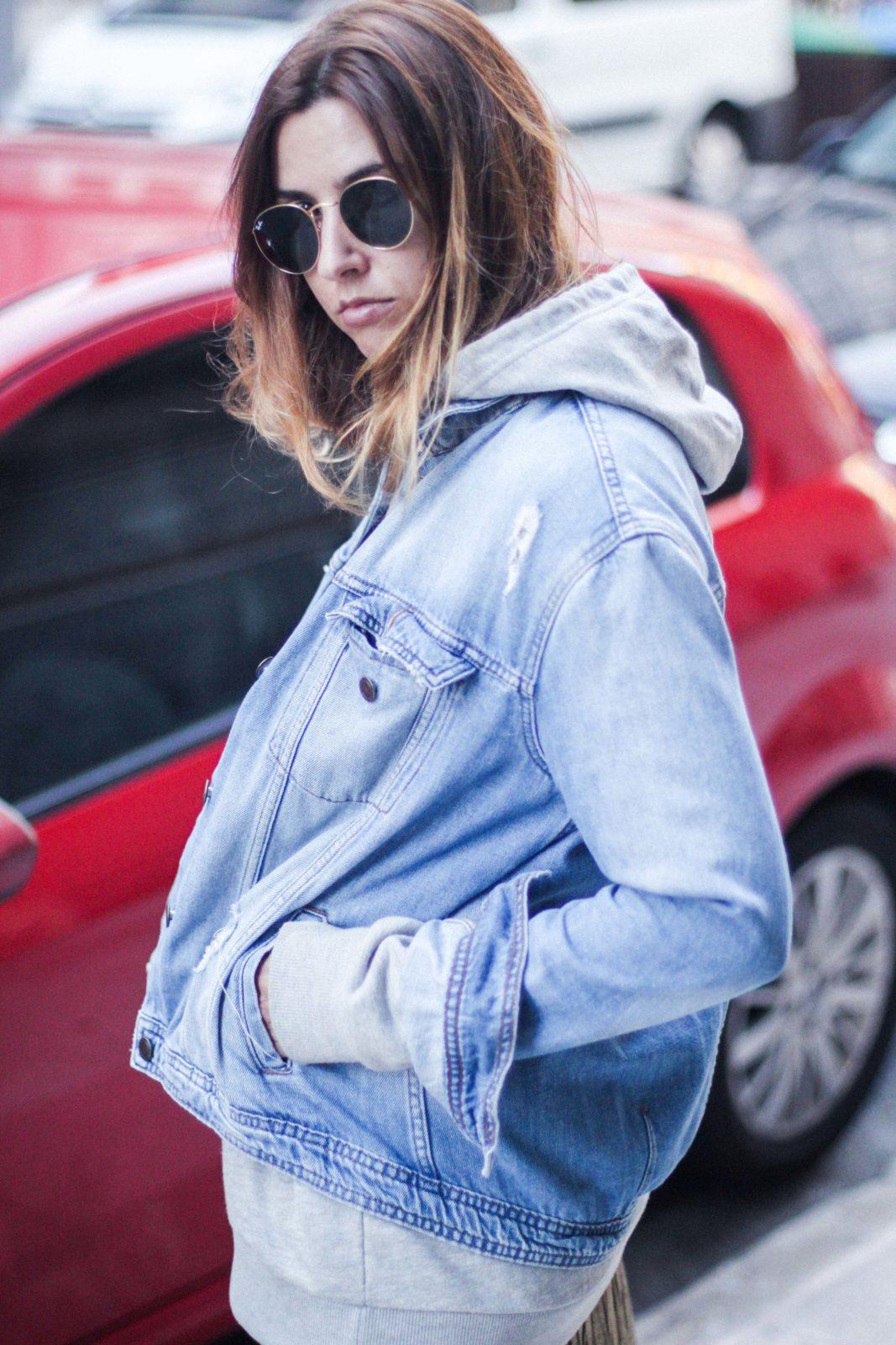 hoddie_street_style_sudadera_capucha_falda_metalizada_midi_botines_blancos-35