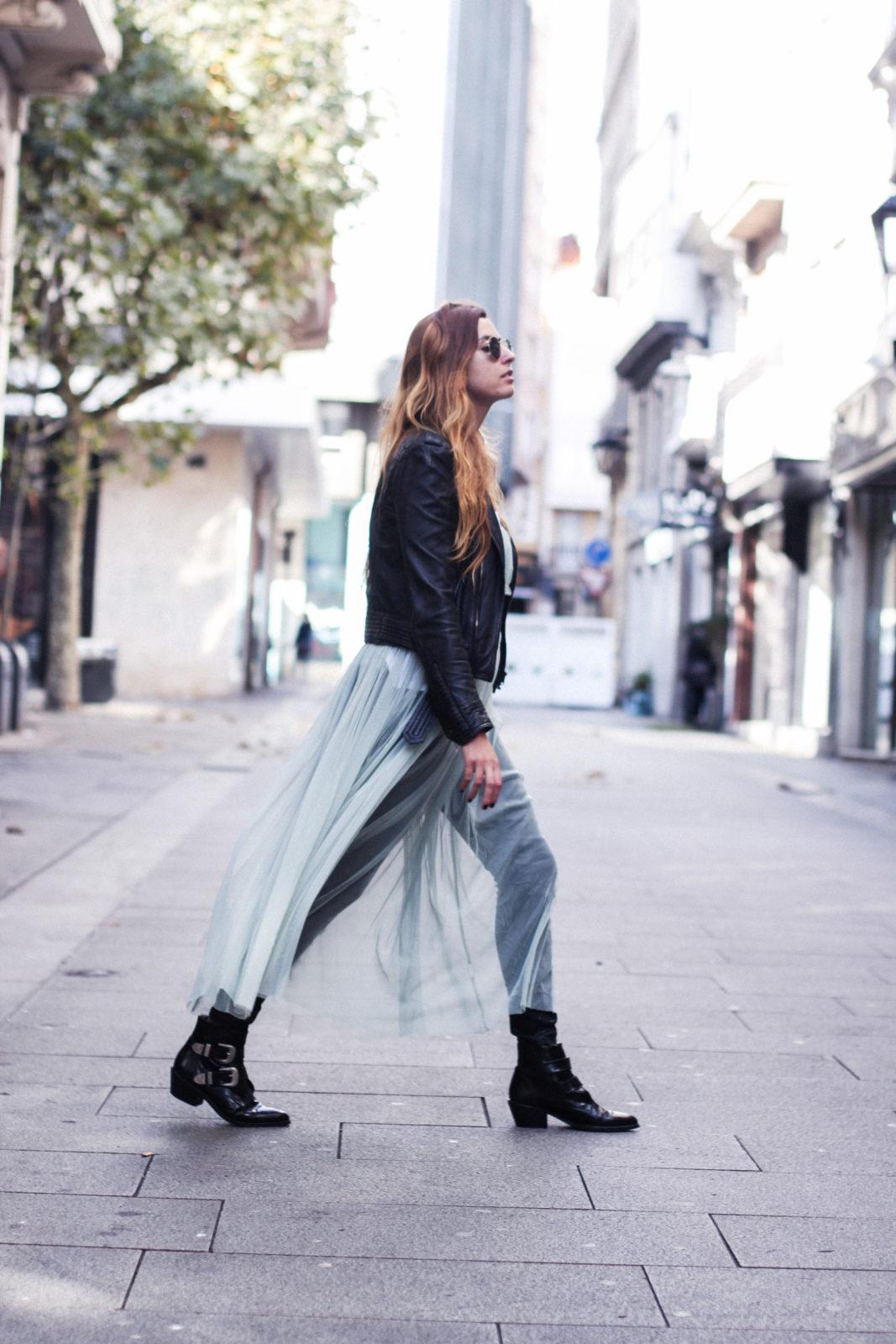 vestido-de-tul-cazadora-biker-botines-con-hebillas-collar-choker-happilles-boutique-vestido-mas-camiseta-tendencias-2016-estilo-bailarina-street-style-donkeycool-30