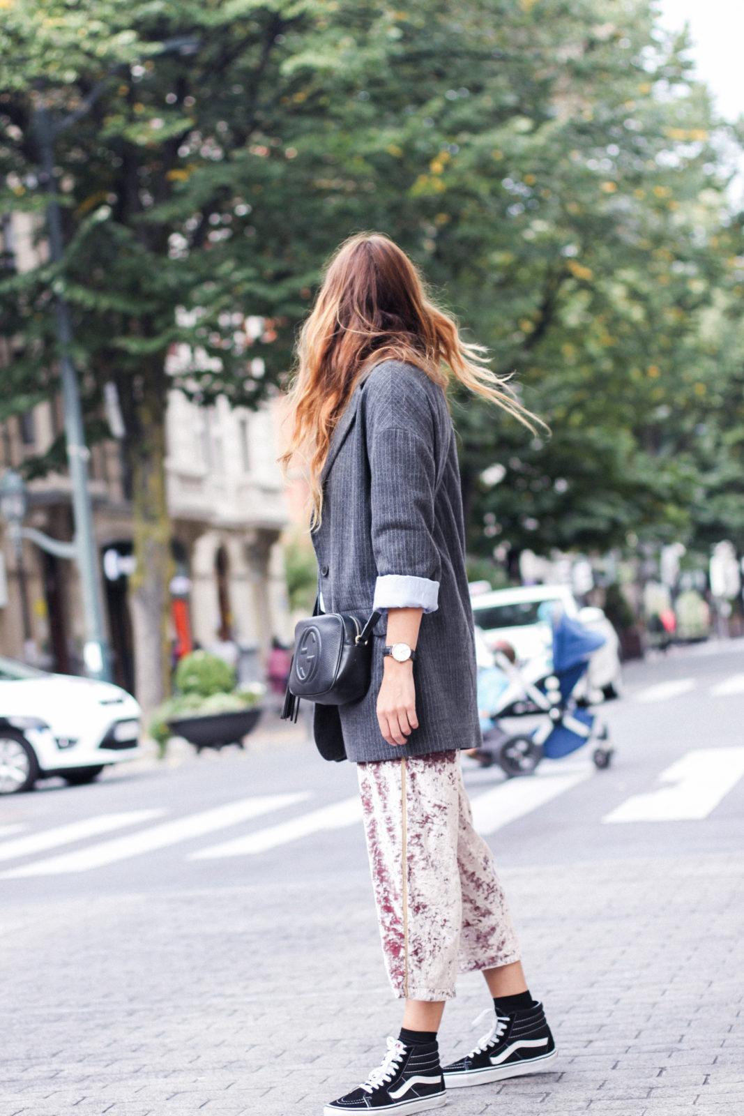 pantalones_terciopelo_rosa_pull_and_bear_blazer_vans_pendientes_aros_gucci-9