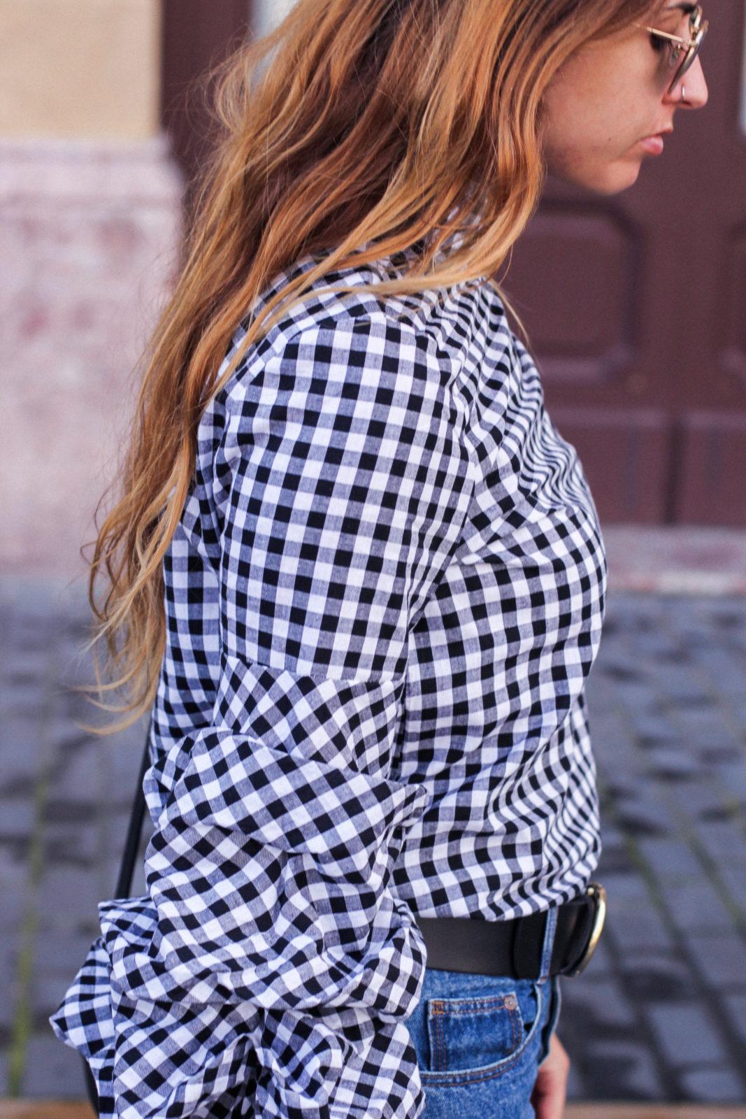 shein_shirt_gingham_volantes_jeans_botas_blancas-17
