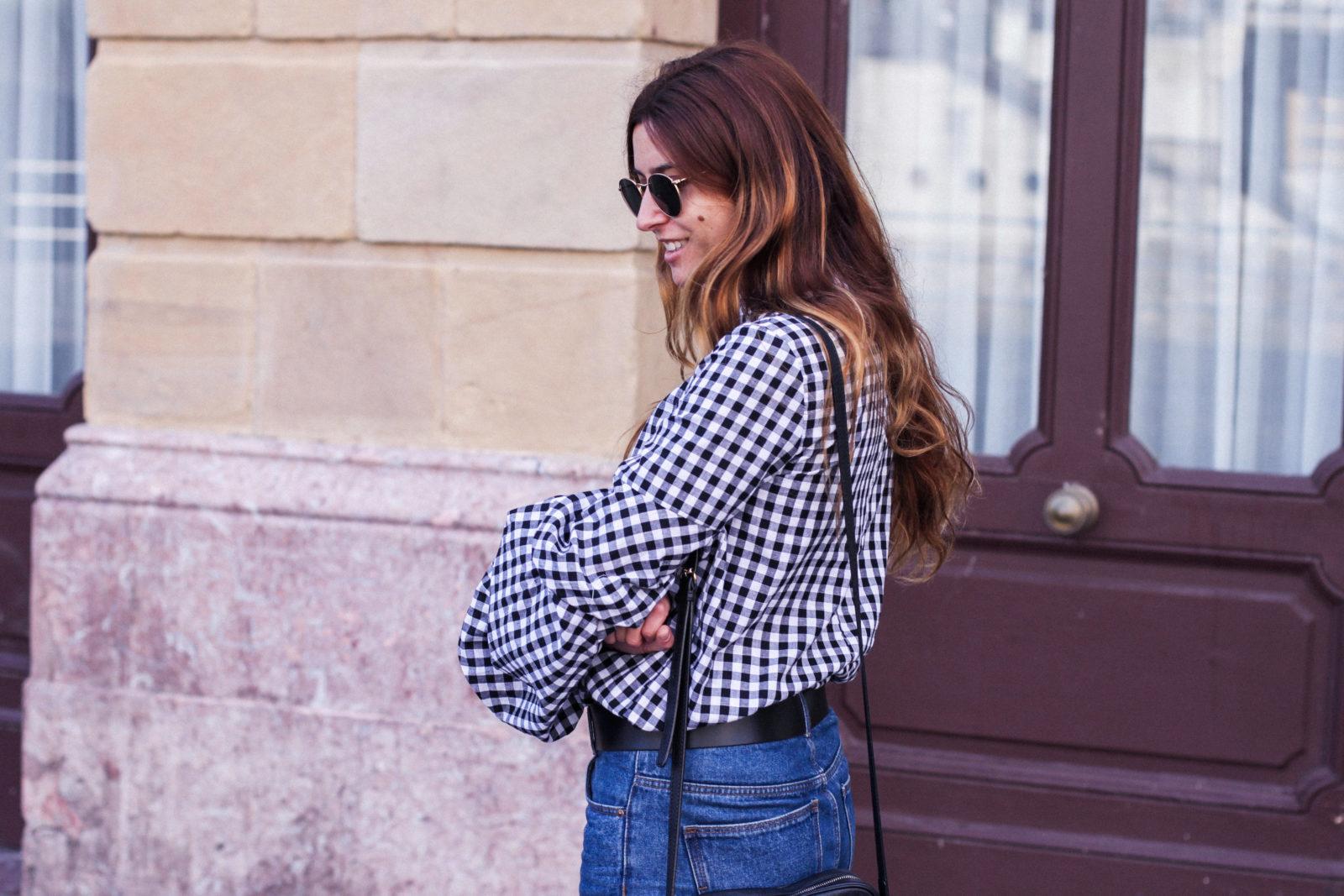 shein_shirt_gingham_volantes_jeans_botas_blancas-23