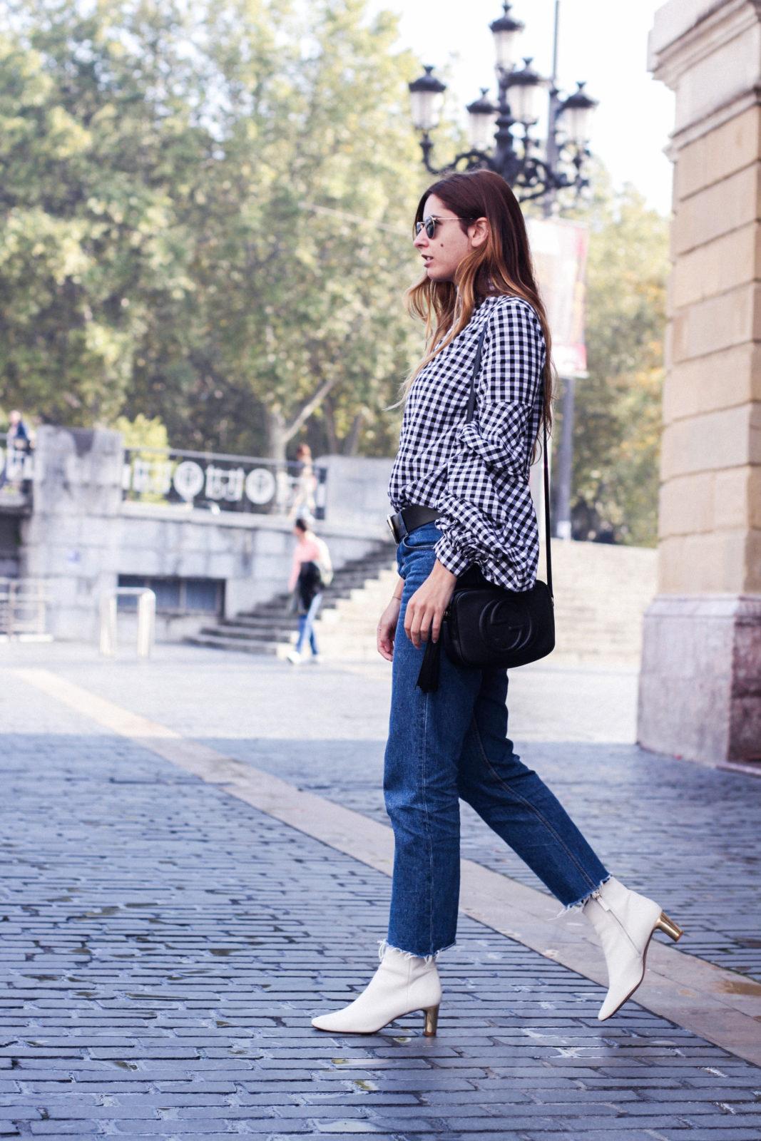 shein_shirt_gingham_volantes_jeans_botas_blancas-34