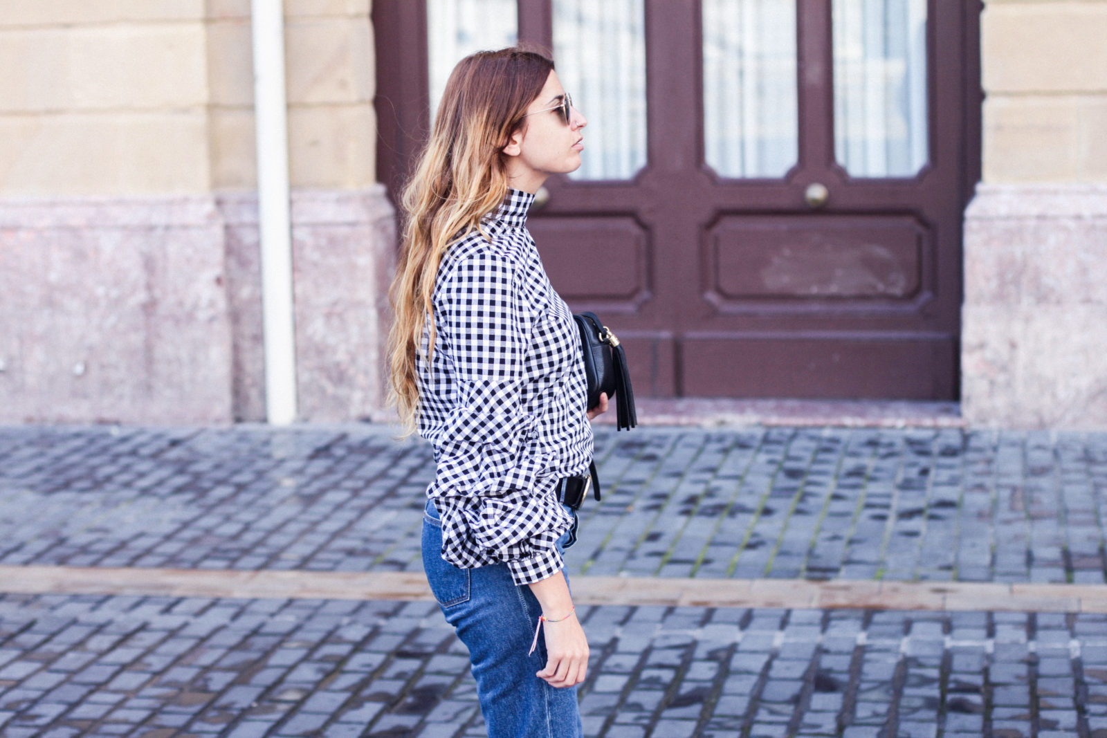 shein_shirt_gingham_volantes_jeans_botas_blancas-9