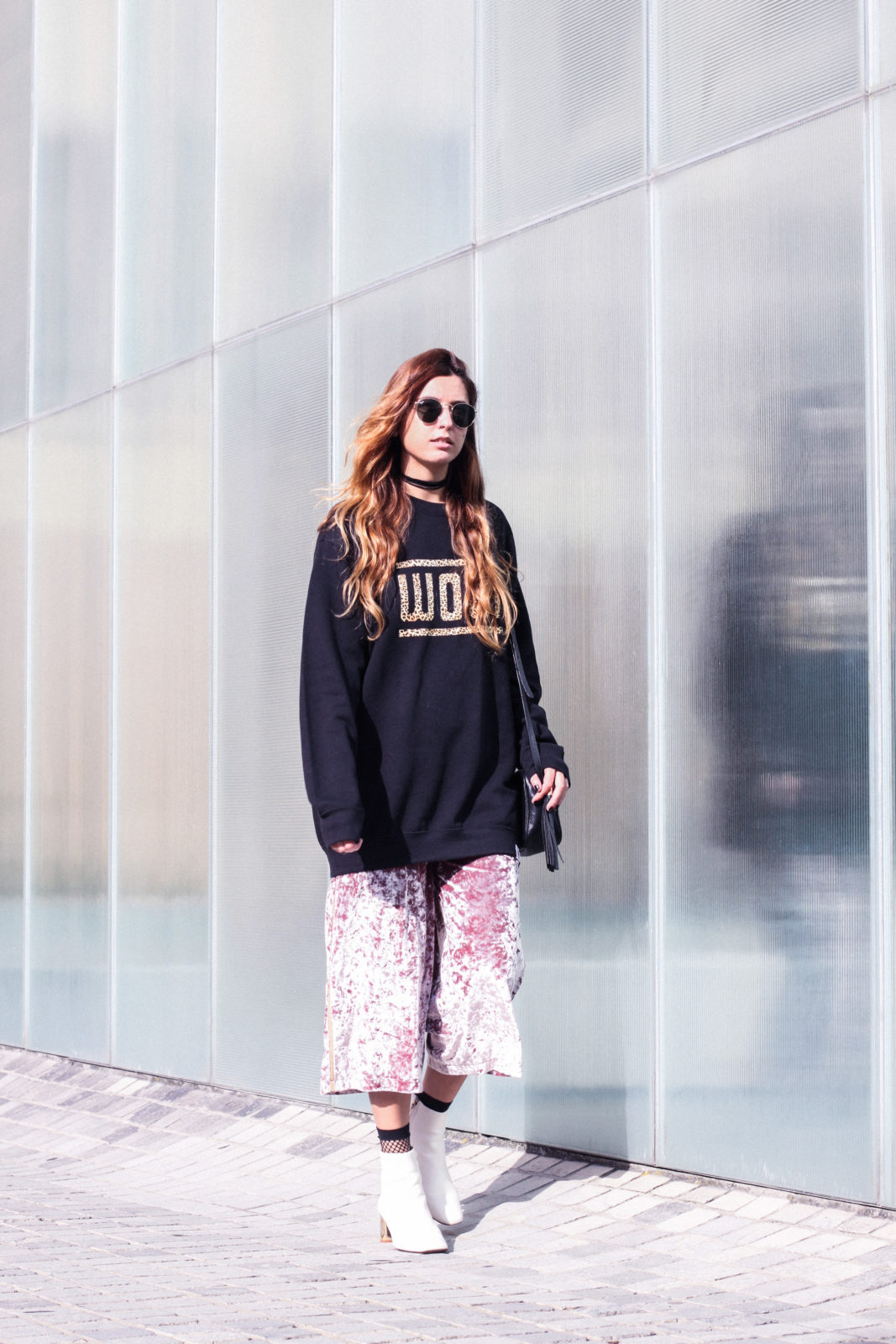sudadera_woof_old_dogs_pantalones_terciopelo_rosa_botines_blancos_sweatshirt_oversize_choker_calcetines_rejilla_tendencias_2016_fall_trends_street_style_donkeycool-12