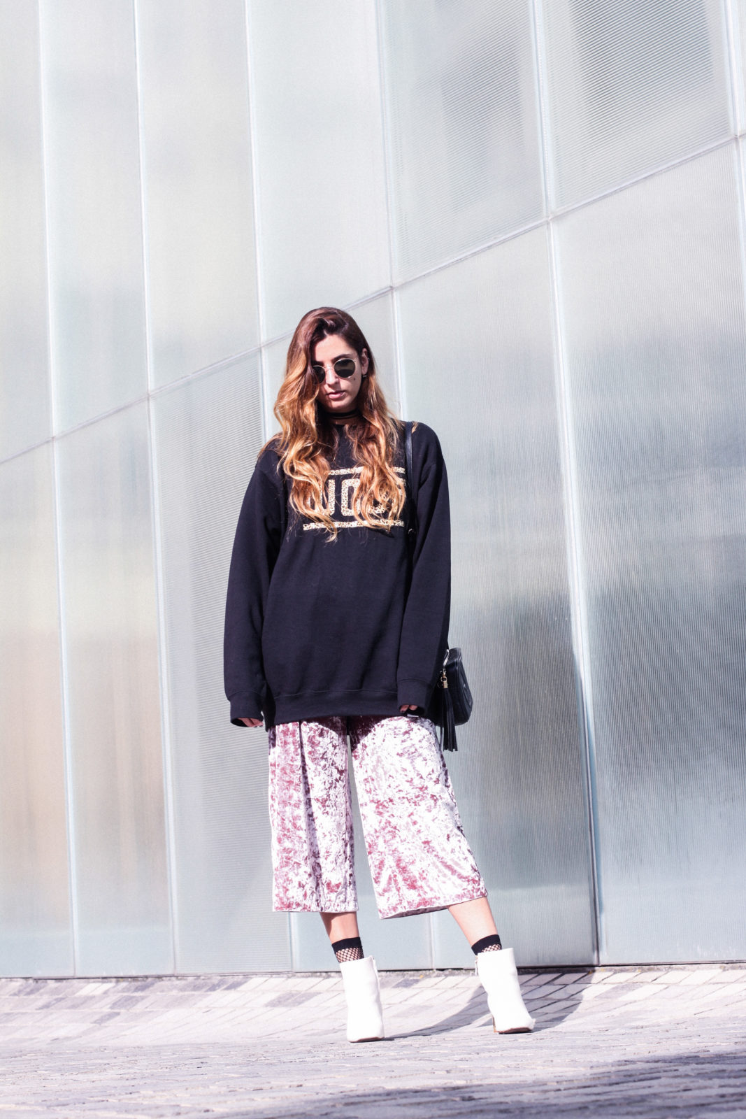 sudadera_woof_old_dogs_pantalones_terciopelo_rosa_botines_blancos_sweatshirt_oversize_choker_calcetines_rejilla_tendencias_2016_fall_trends_street_style_donkeycool-21