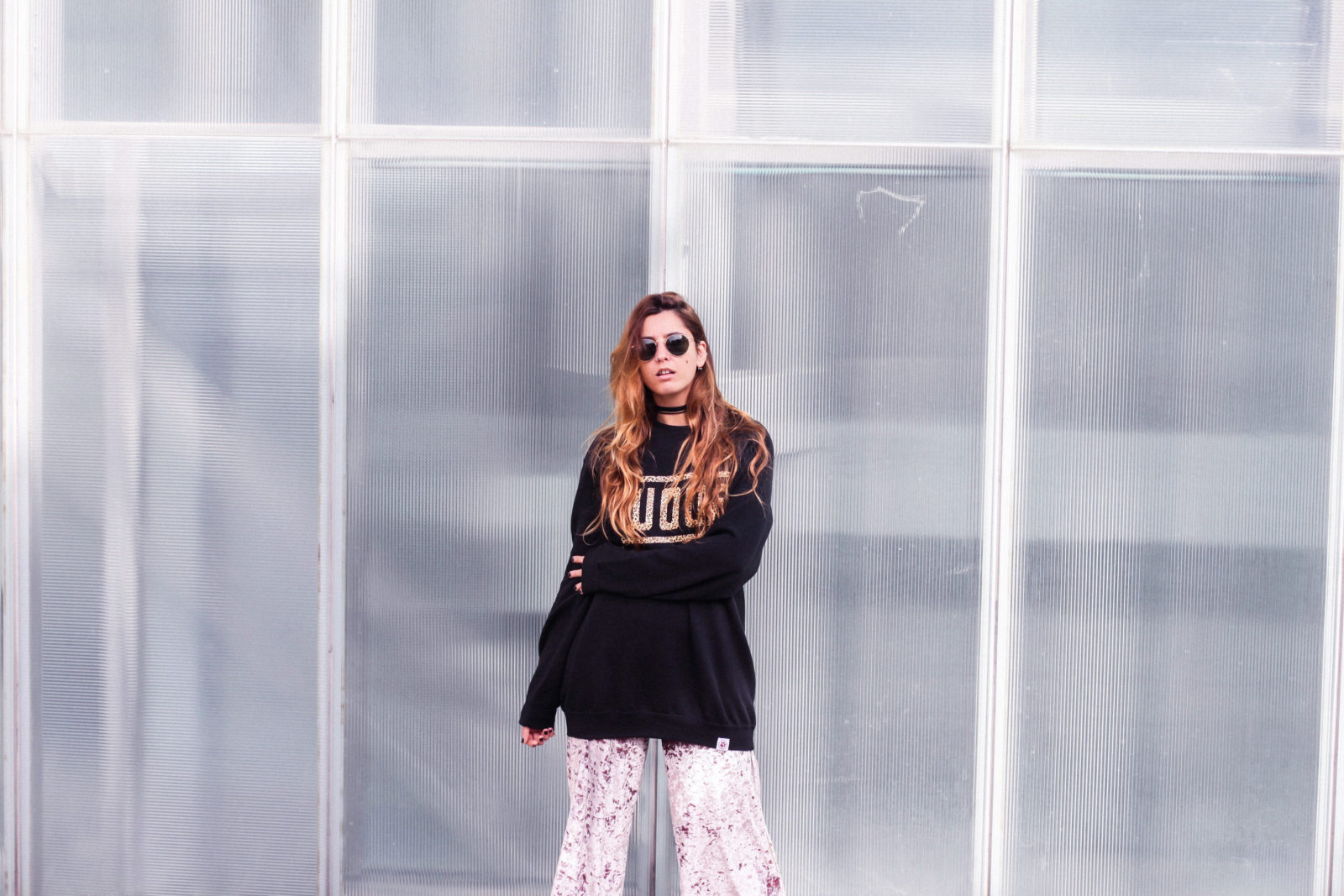 sudadera_woof_old_dogs_pantalones_terciopelo_rosa_botines_blancos_sweatshirt_oversize_choker_calcetines_rejilla_tendencias_2016_fall_trends_street_style_donkeycool-27