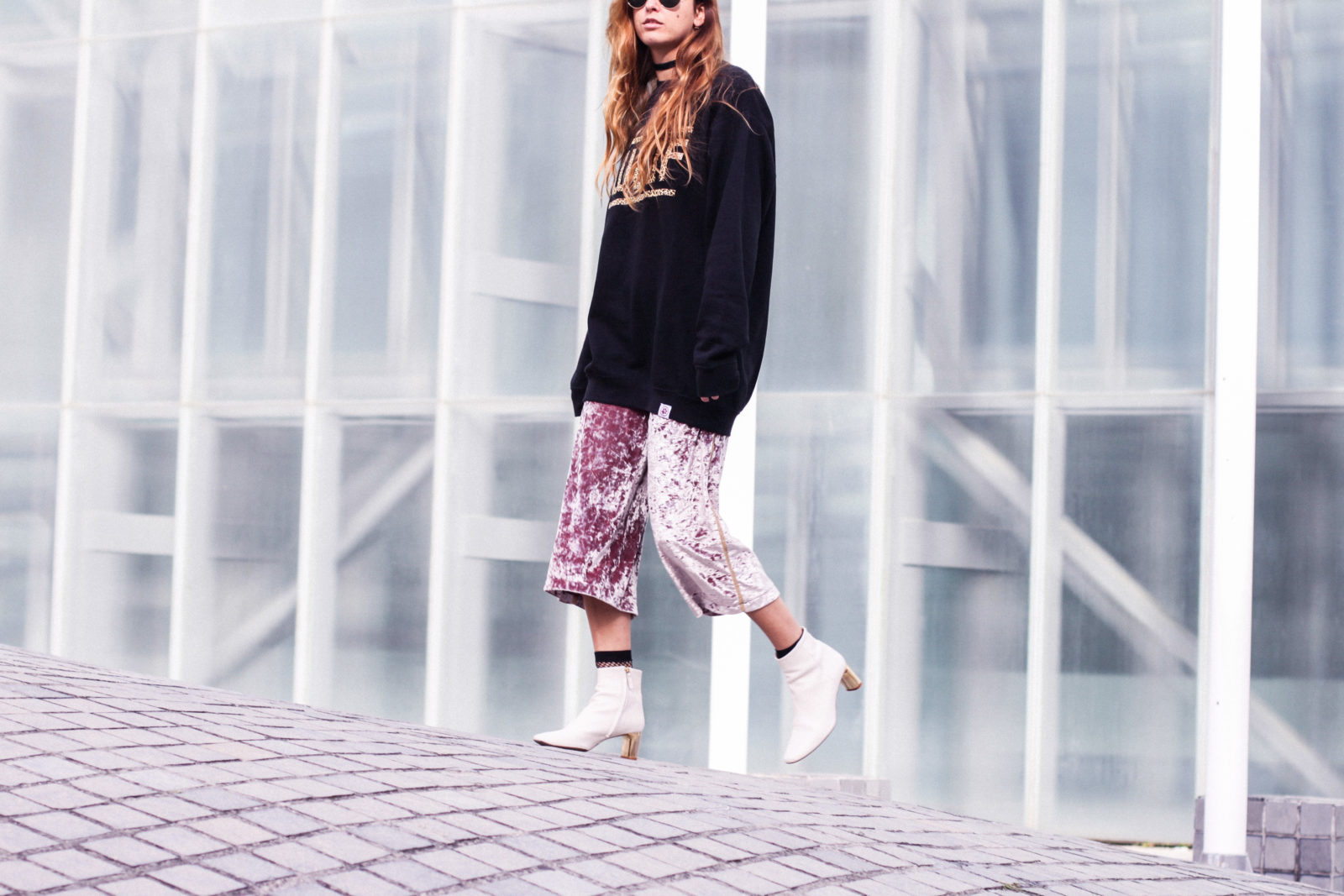 sudadera_woof_old_dogs_pantalones_terciopelo_rosa_botines_blancos_sweatshirt_oversize_choker_calcetines_rejilla_tendencias_2016_fall_trends_street_style_donkeycool-38