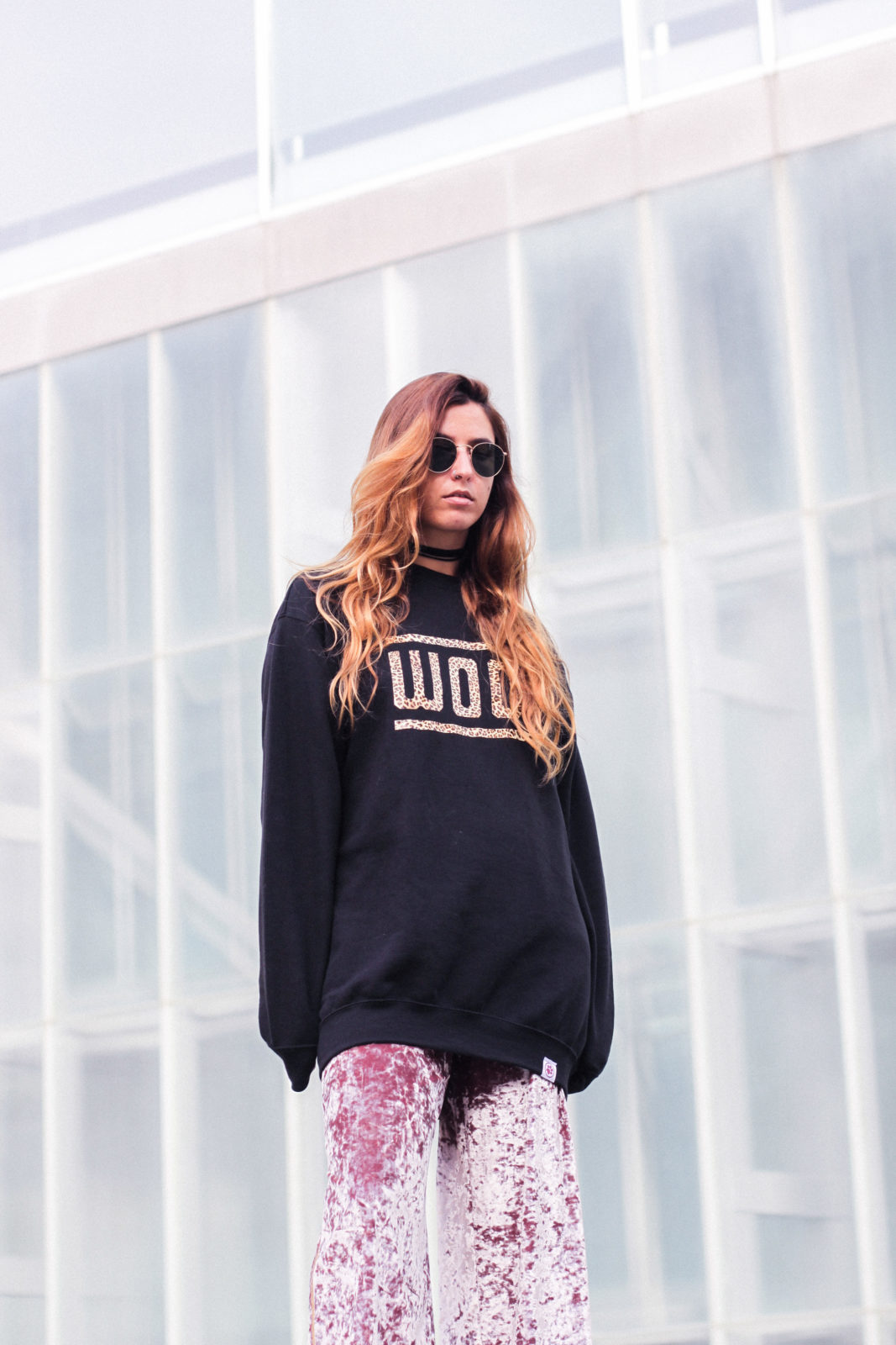 sudadera_woof_old_dogs_pantalones_terciopelo_rosa_botines_blancos_sweatshirt_oversize_choker_calcetines_rejilla_tendencias_2016_fall_trends_street_style_donkeycool-45