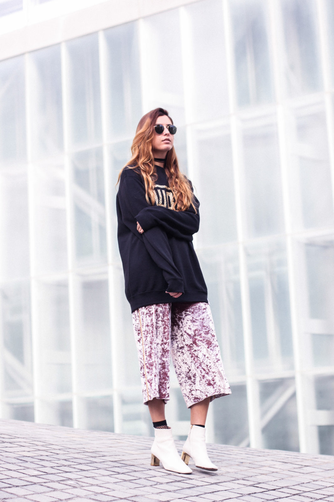 sudadera_woof_old_dogs_pantalones_terciopelo_rosa_botines_blancos_sweatshirt_oversize_choker_calcetines_rejilla_tendencias_2016_fall_trends_street_style_donkeycool-48