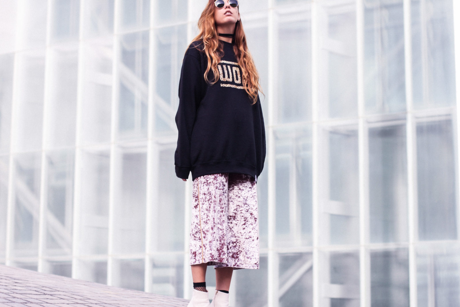 sudadera_woof_old_dogs_pantalones_terciopelo_rosa_botines_blancos_sweatshirt_oversize_choker_calcetines_rejilla_tendencias_2016_fall_trends_street_style_donkeycool-50