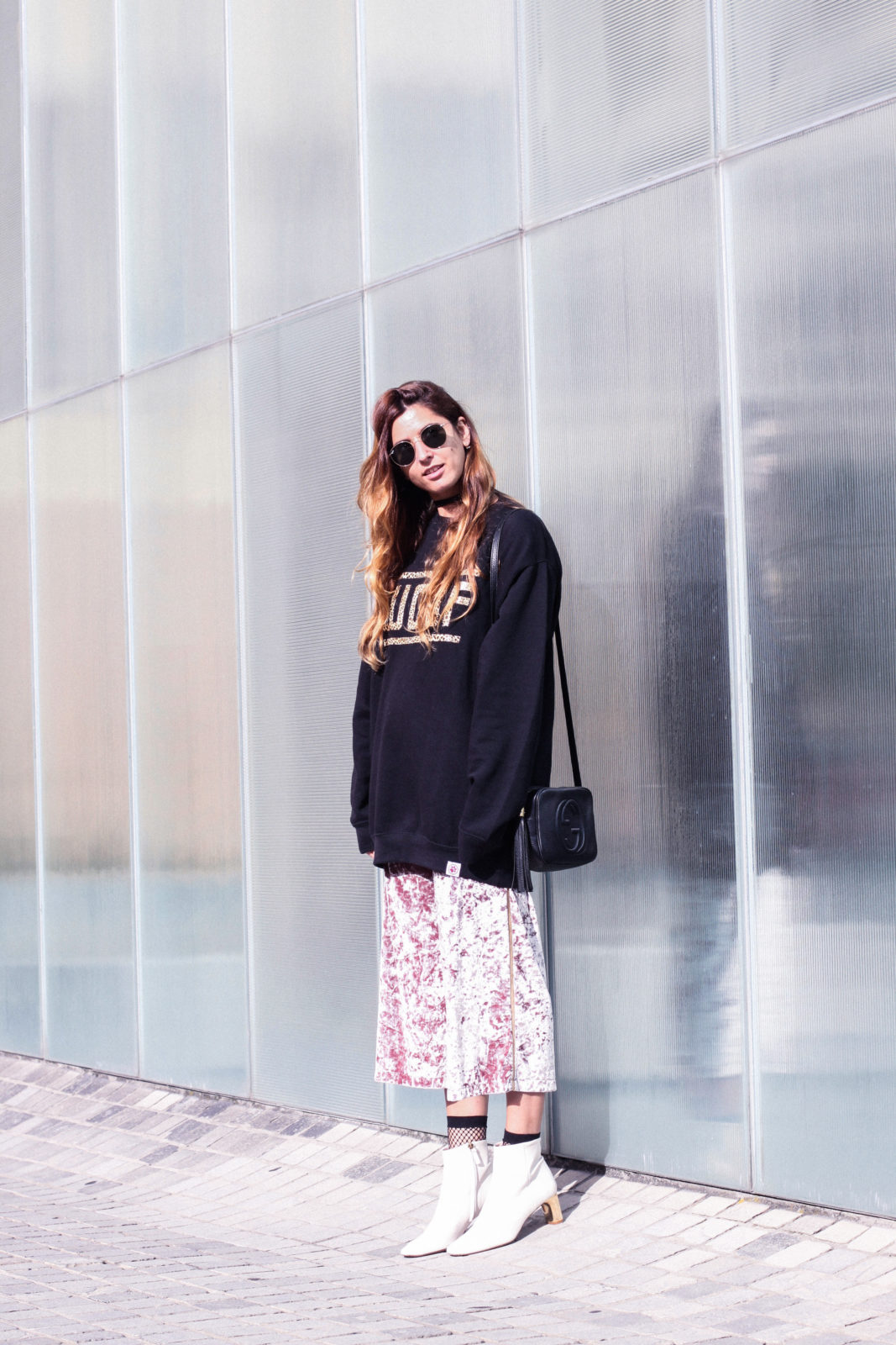 sudadera_woof_old_dogs_pantalones_terciopelo_rosa_botines_blancos_sweatshirt_oversize_choker_calcetines_rejilla_tendencias_2016_fall_trends_street_style_donkeycool-8
