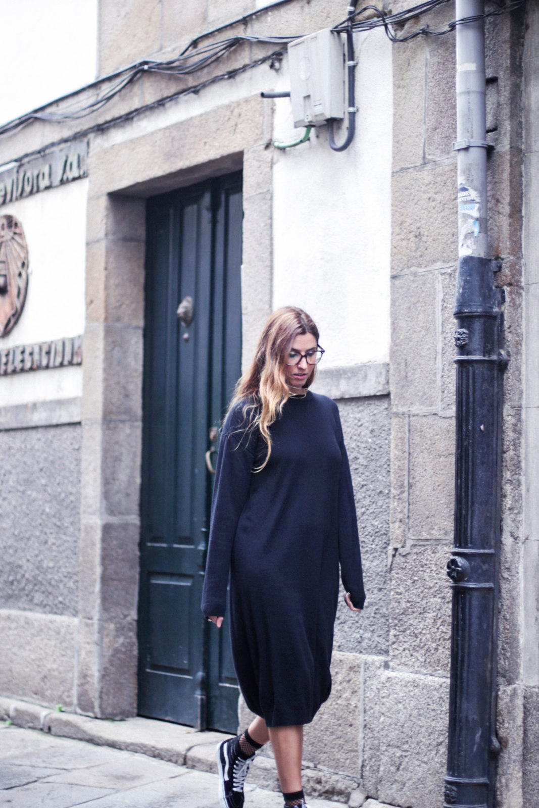 vestido_de_punto_midi_vans_calcetines_rejilla_choker_metalico_happiness_boutique_abrigo_largo_gucci_street_style_fall_2016_donkeycool-38