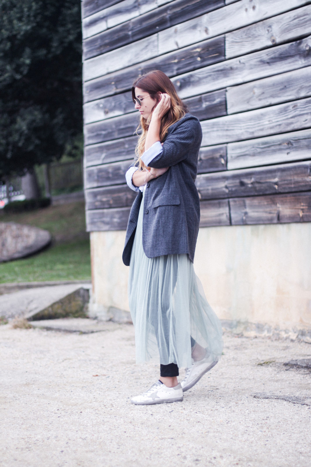vestido_de_tul_sobre_pantalon_estilo_bailarina_blazer_oversize_pendientes_de_aros_choker_tendencias_trends_fall_2016_street_style_donkeycool-11
