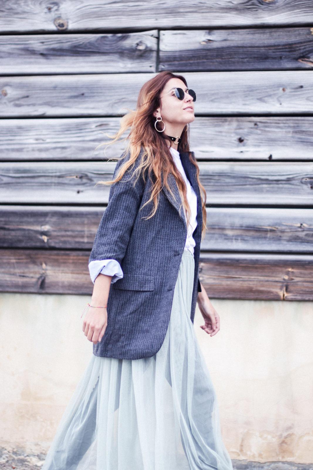 vestido_de_tul_sobre_pantalon_estilo_bailarina_blazer_oversize_pendientes_de_aros_choker_tendencias_trends_fall_2016_street_style_donkeycool-13