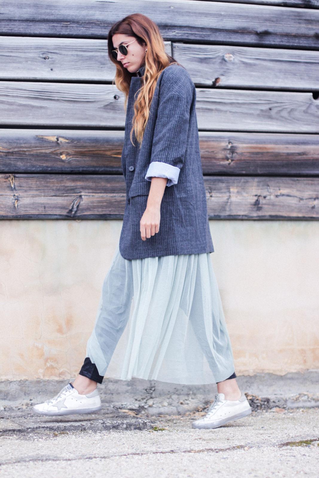 vestido_de_tul_sobre_pantalon_estilo_bailarina_blazer_oversize_pendientes_de_aros_choker_tendencias_trends_fall_2016_street_style_donkeycool-17