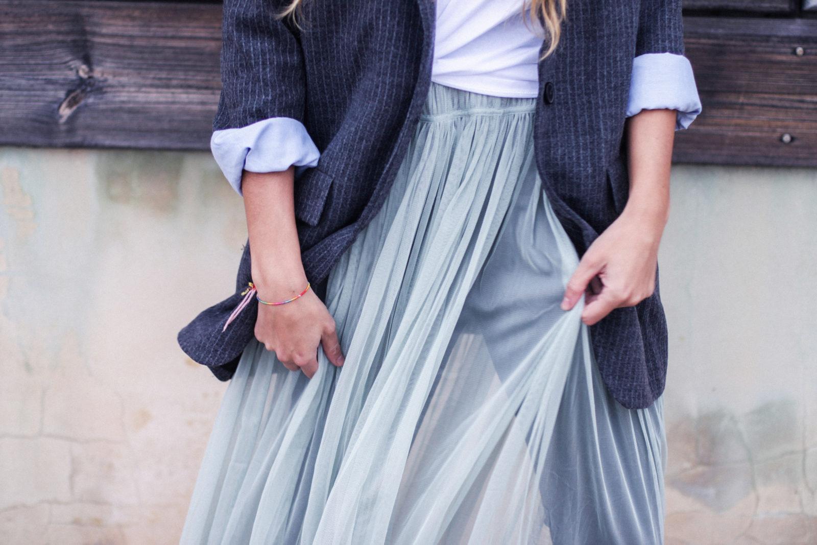 vestido_de_tul_sobre_pantalon_estilo_bailarina_blazer_oversize_pendientes_de_aros_choker_tendencias_trends_fall_2016_street_style_donkeycool-19