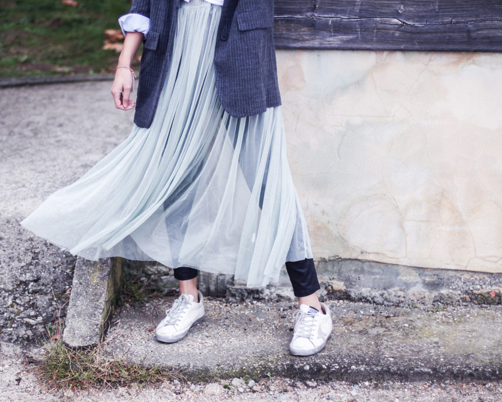 vestido_de_tul_sobre_pantalon_estilo_bailarina_blazer_oversize_pendientes_de_aros_choker_tendencias_trends_fall_2016_street_style_donkeycool-28