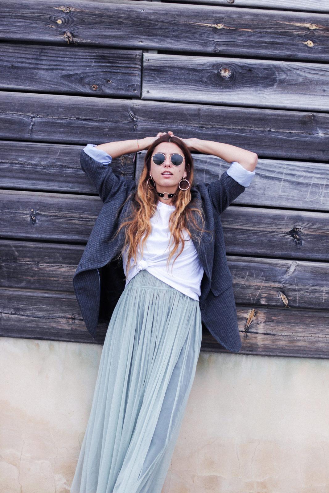 vestido_de_tul_sobre_pantalon_estilo_bailarina_blazer_oversize_pendientes_de_aros_choker_tendencias_trends_fall_2016_street_style_donkeycool-5