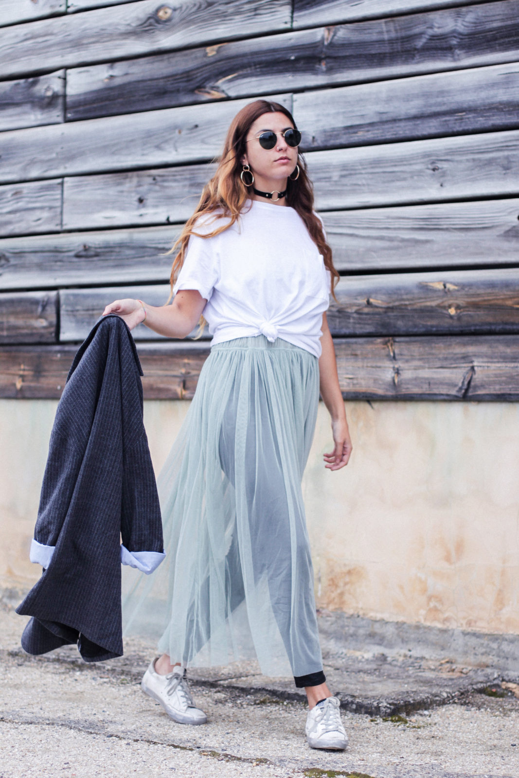vestido_de_tul_sobre_pantalon_estilo_bailarina_blazer_oversize_pendientes_de_aros_choker_tendencias_trends_fall_2016_street_style_donkeycool-9