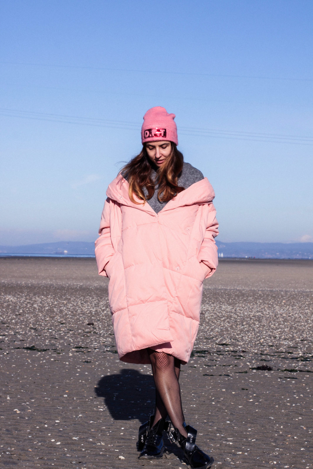 retailmenot-cupones-descuentos-asos-plumifero_rosa-monki-puffer_coat-gorro-beanie-medias_de_rejilla-look-outfit-tendencias-fall-2016-street_style-donkeycool-27