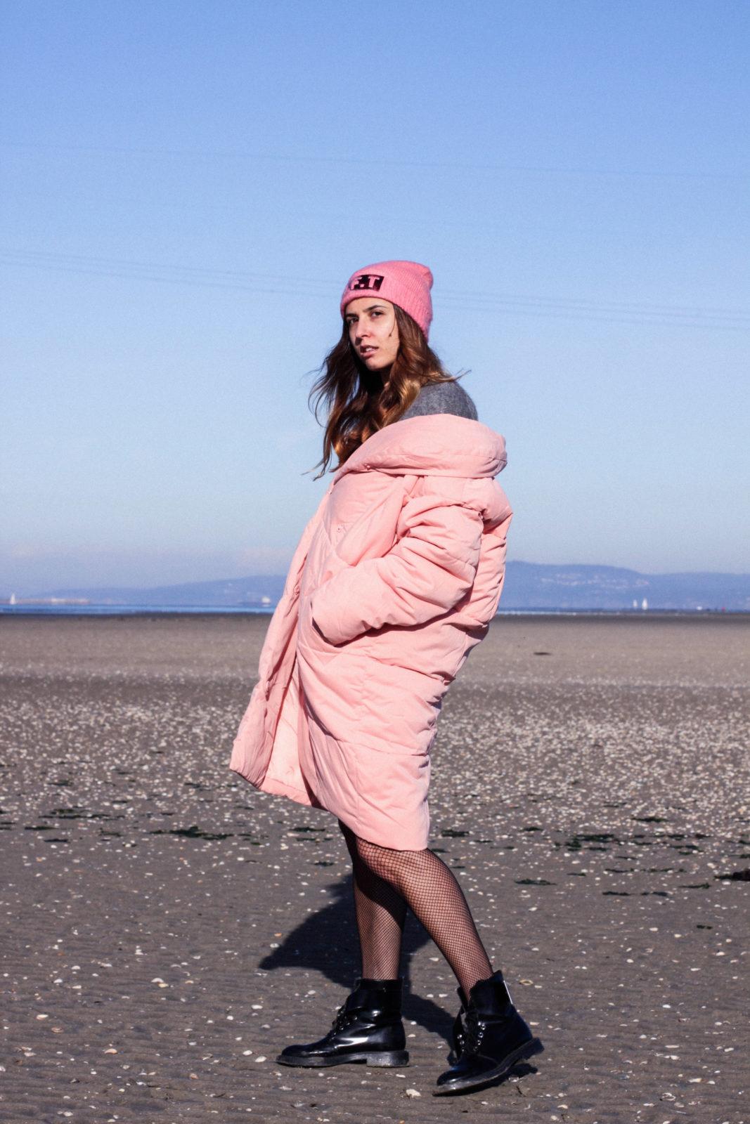 retailmenot-cupones-descuentos-asos-plumifero_rosa-monki-puffer_coat-gorro-beanie-medias_de_rejilla-look-outfit-tendencias-fall-2016-street_style-donkeycool-29