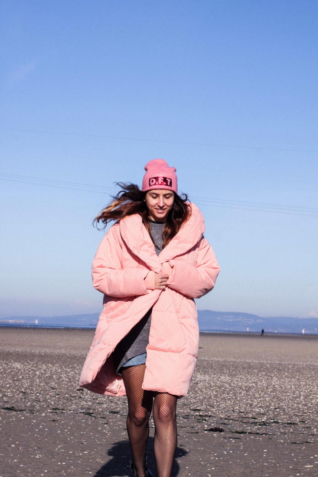 retailmenot-cupones-descuentos-asos-plumifero_rosa-monki-puffer_coat-gorro-beanie-medias_de_rejilla-look-outfit-tendencias-fall-2016-street_style-donkeycool-40
