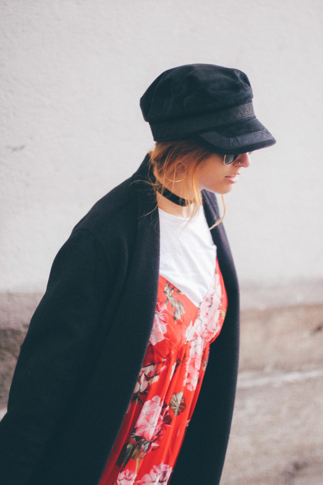 baker_boy_hat_vestido_con_camiseta_gorra_marinera_botines_hebillas_fall_2016_trends_street_style_outfits_donkeycool-10