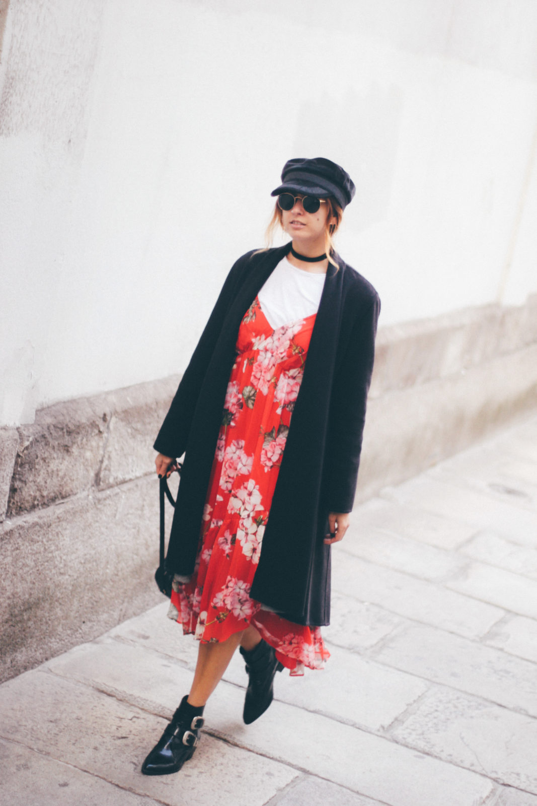 baker_boy_hat_vestido_con_camiseta_gorra_marinera_botines_hebillas_fall_2016_trends_street_style_outfits_donkeycool-12