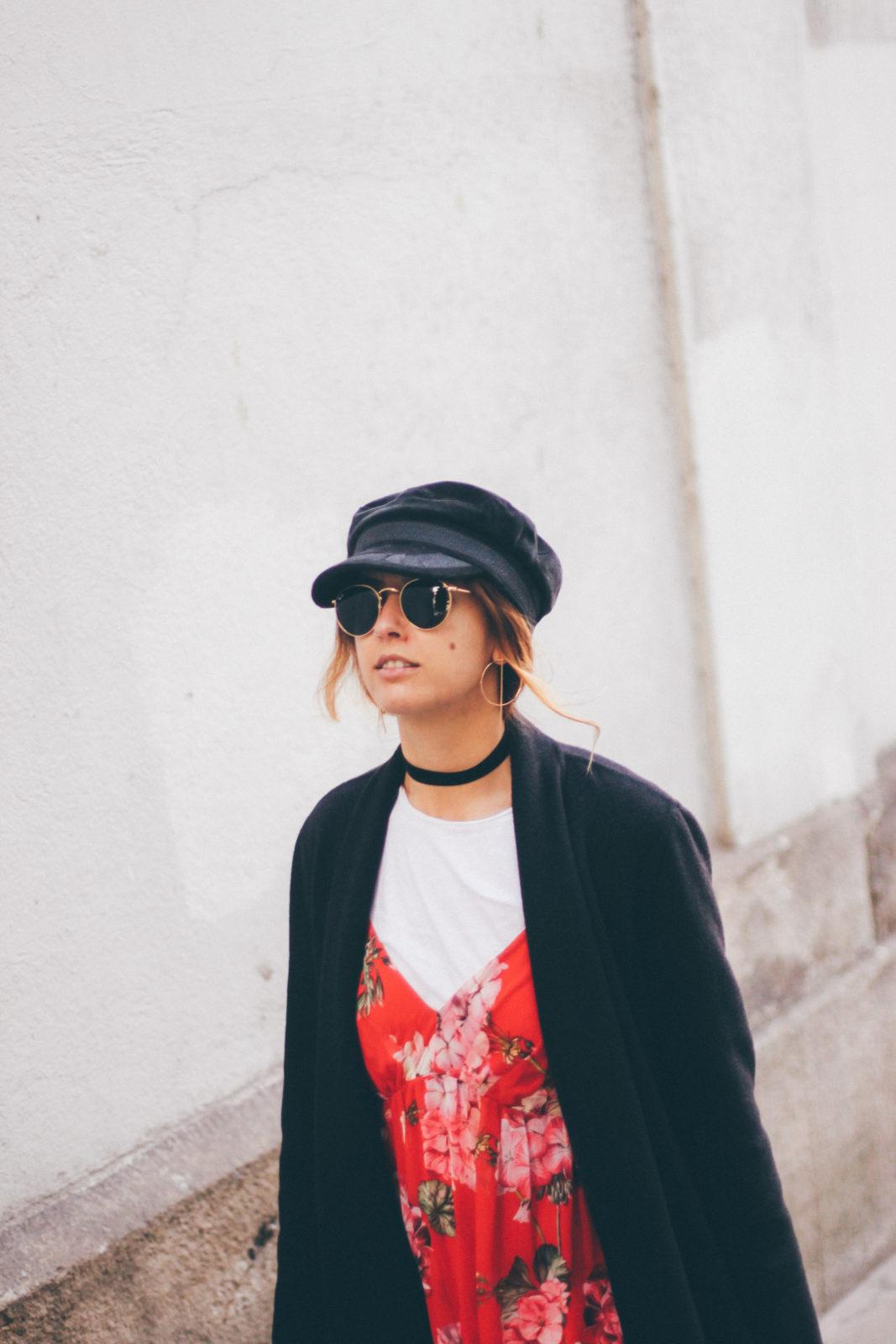 baker_boy_hat_vestido_con_camiseta_gorra_marinera_botines_hebillas_fall_2016_trends_street_style_outfits_donkeycool-13