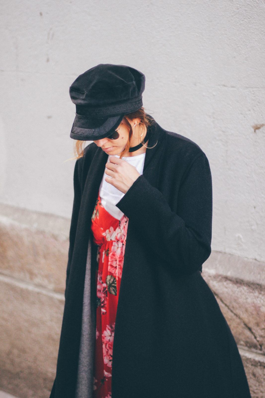 baker_boy_hat_vestido_con_camiseta_gorra_marinera_botines_hebillas_fall_2016_trends_street_style_outfits_donkeycool-14