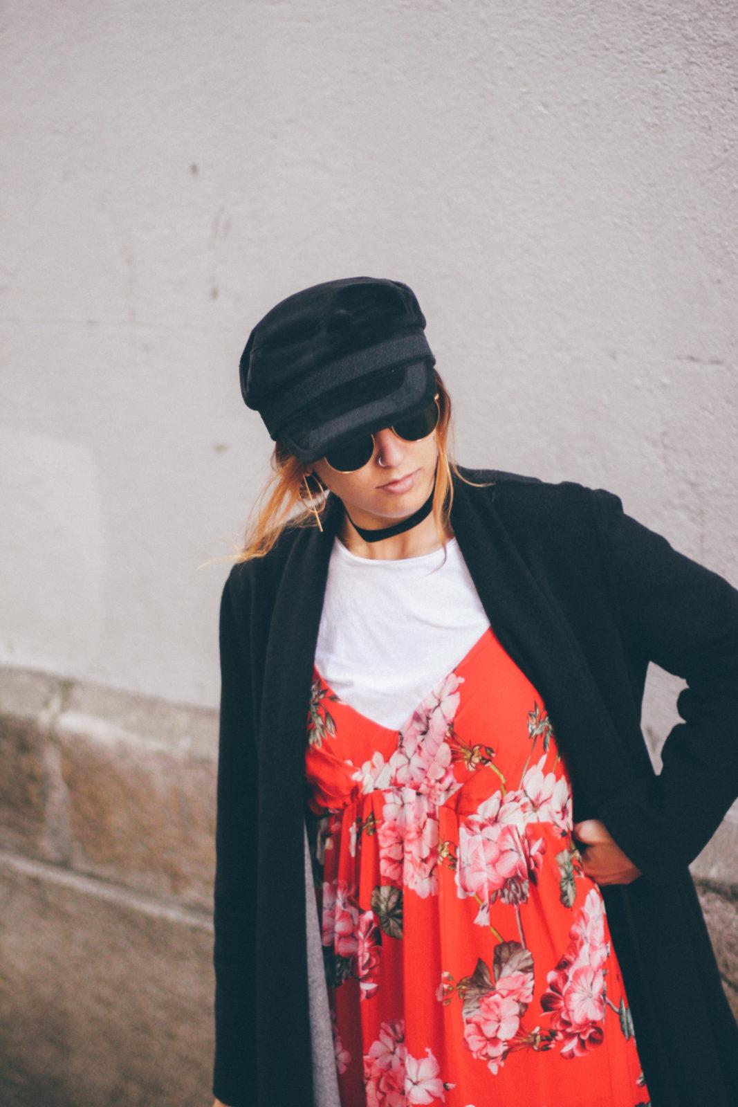 baker_boy_hat_vestido_con_camiseta_gorra_marinera_botines_hebillas_fall_2016_trends_street_style_outfits_donkeycool-15