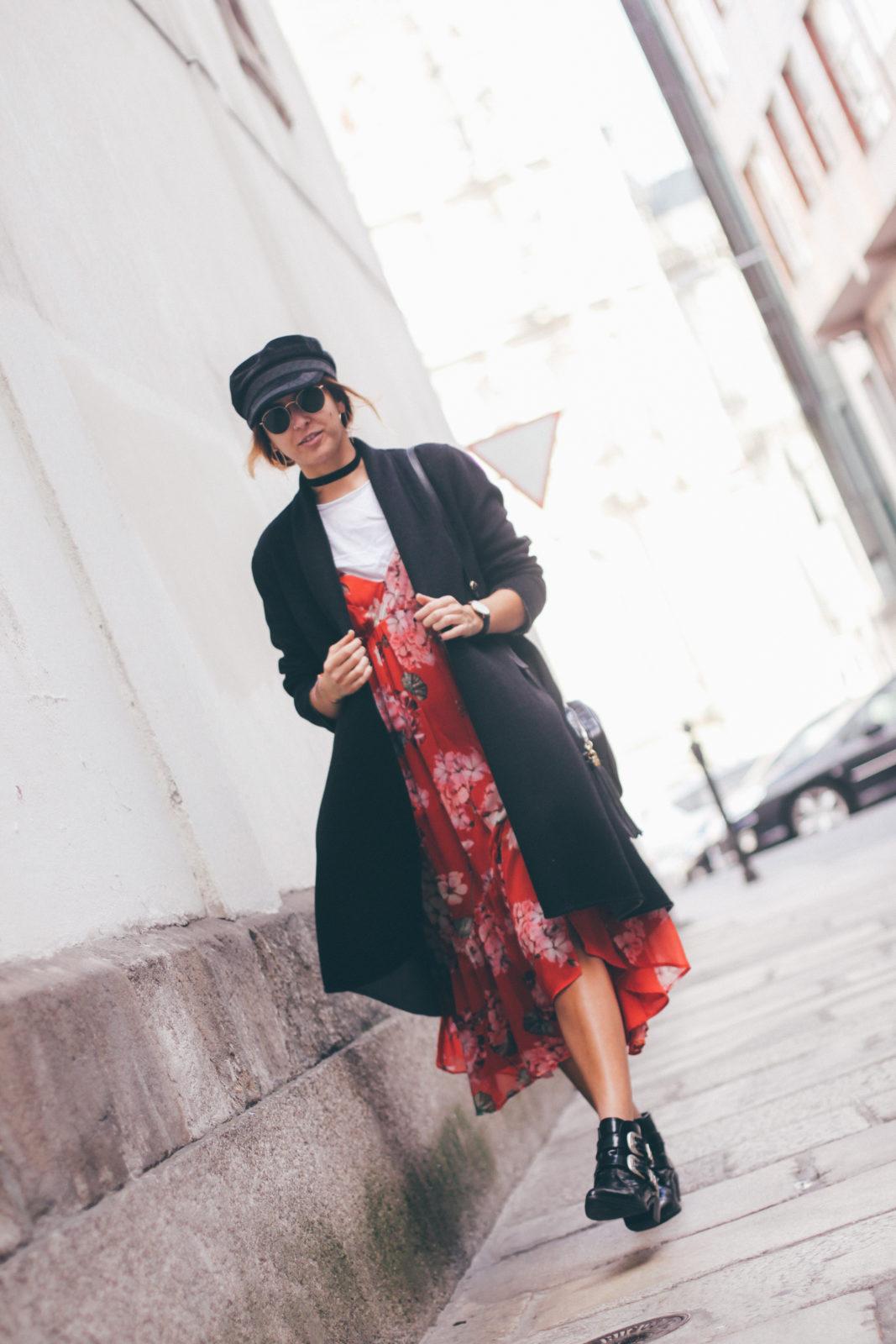baker_boy_hat_vestido_con_camiseta_gorra_marinera_botines_hebillas_fall_2016_trends_street_style_outfits_donkeycool-2