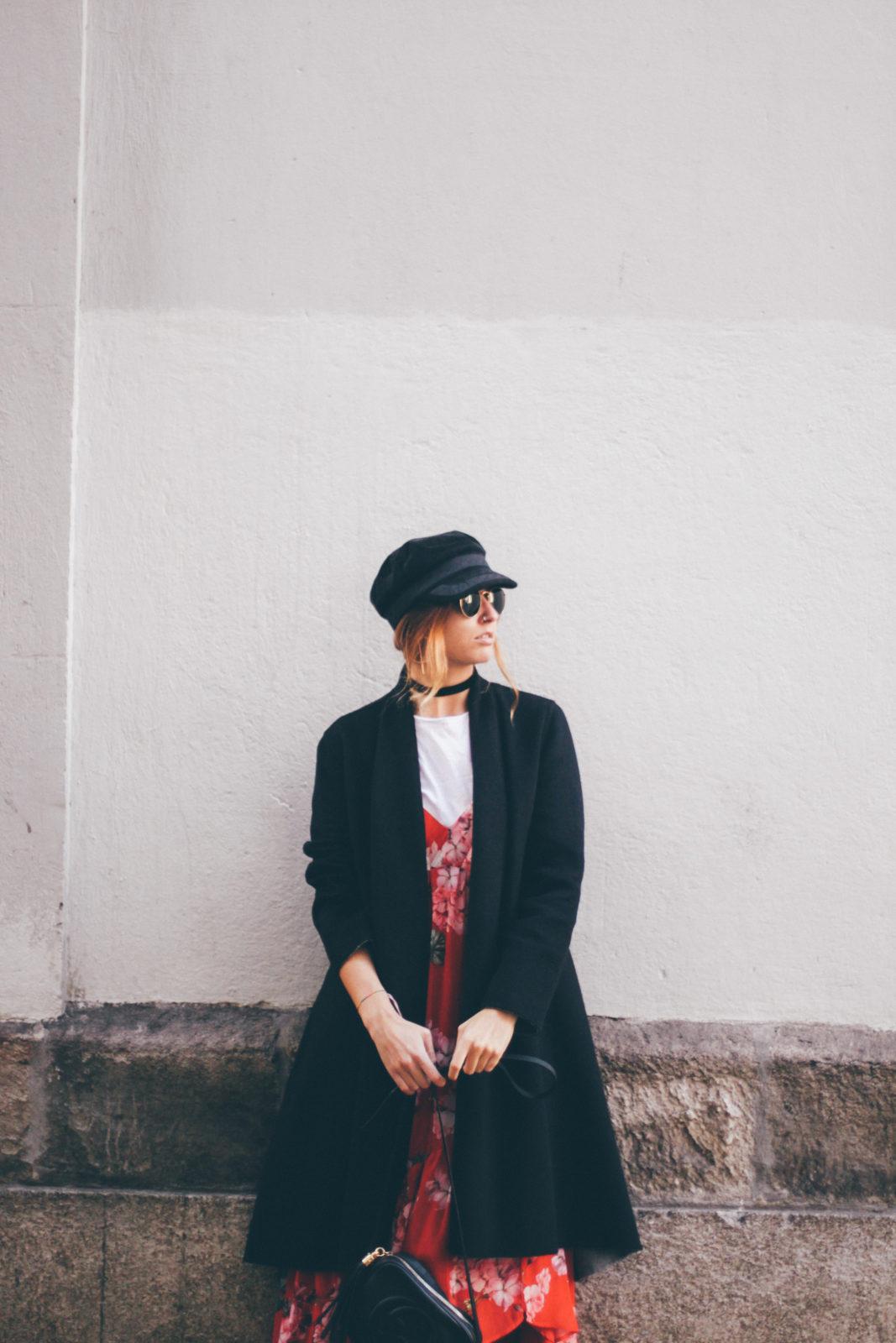 baker_boy_hat_vestido_con_camiseta_gorra_marinera_botines_hebillas_fall_2016_trends_street_style_outfits_donkeycool-24