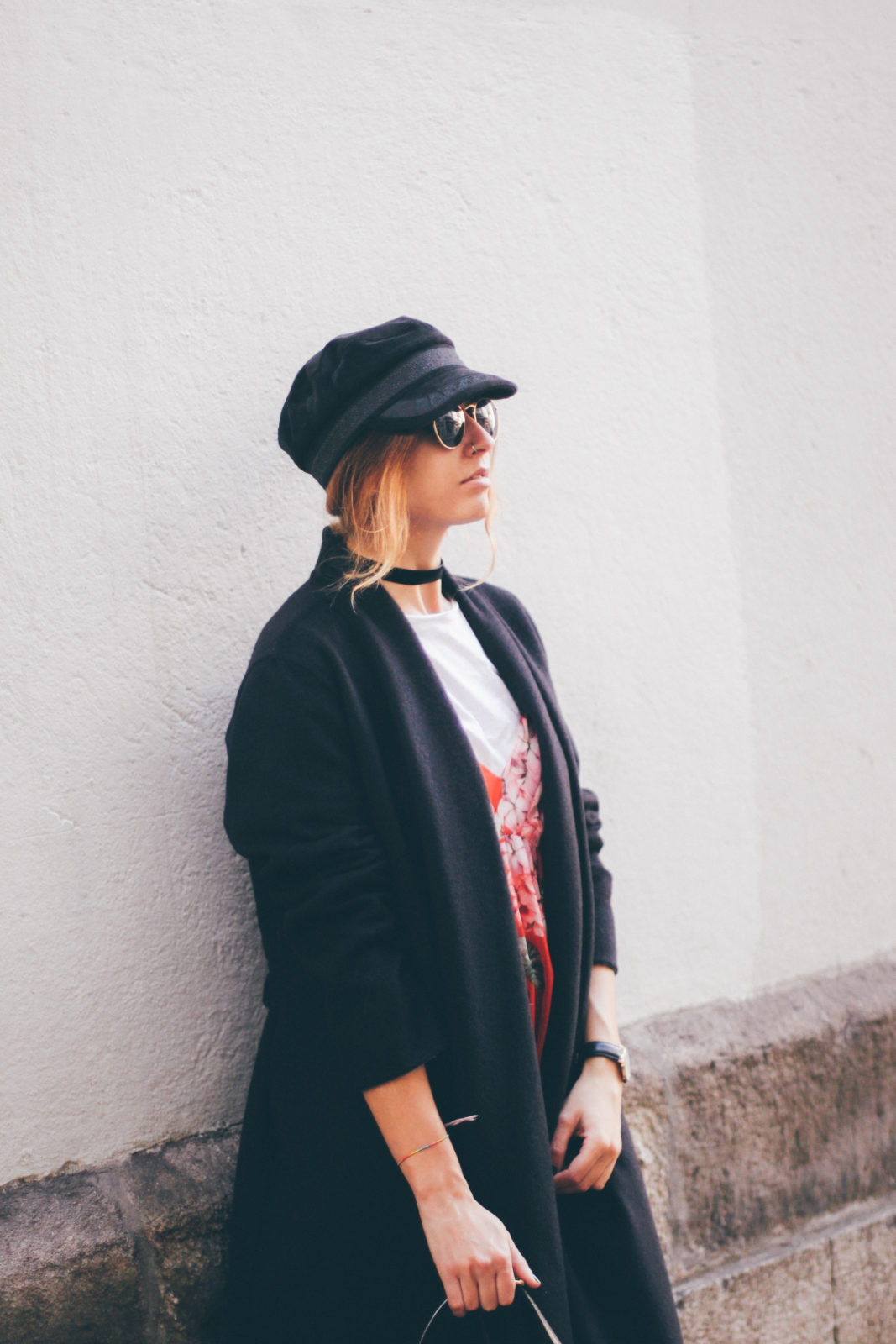 baker_boy_hat_vestido_con_camiseta_gorra_marinera_botines_hebillas_fall_2016_trends_street_style_outfits_donkeycool-25